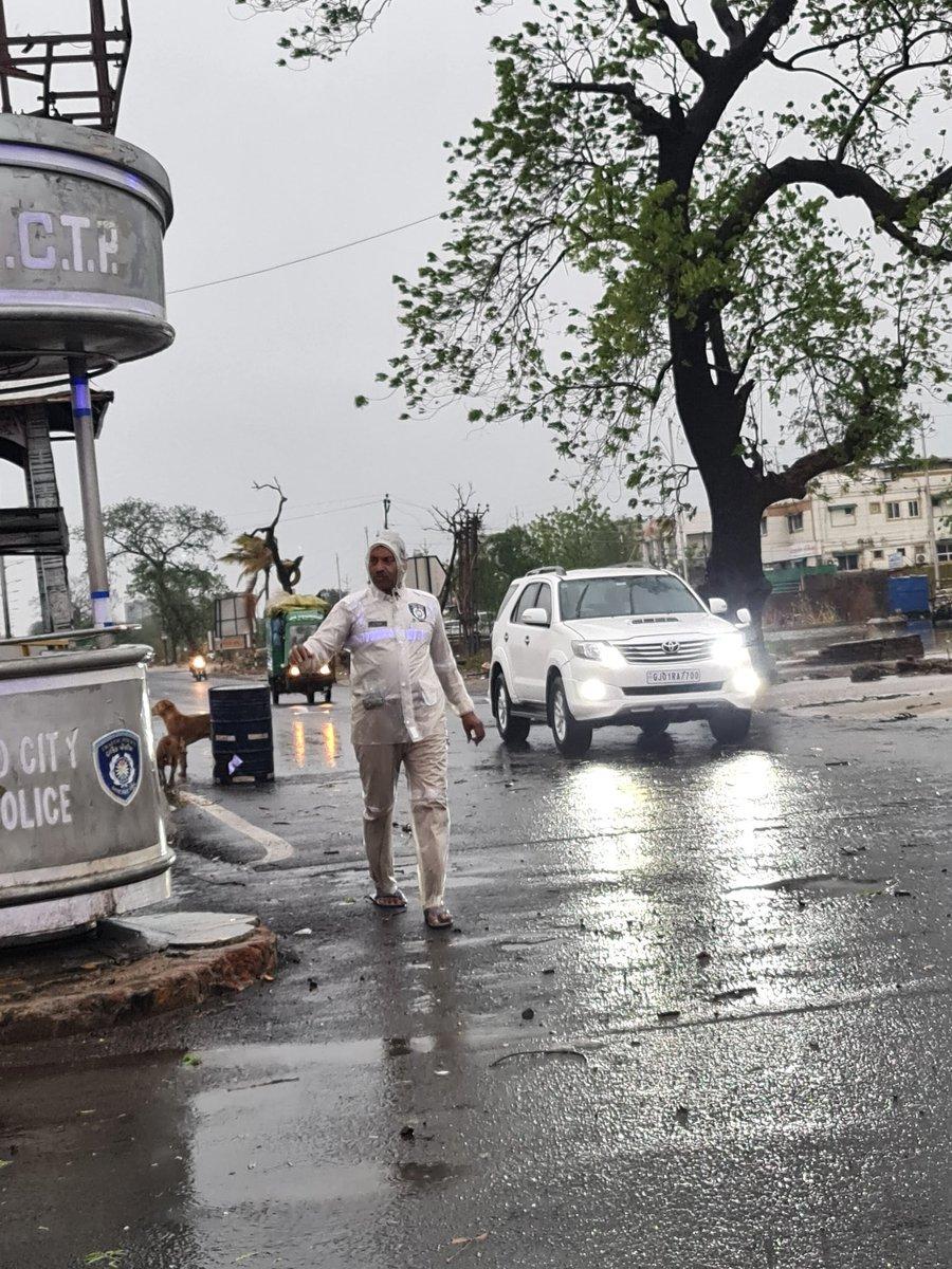 #CycloneTaukte  Real life Hero's at work amidst the storm ro keep things moving @harshoza03 @SavvyAhmedabad @ASSOCHAM4India @CREDAINational https://t.co/8mFxnv1Xka