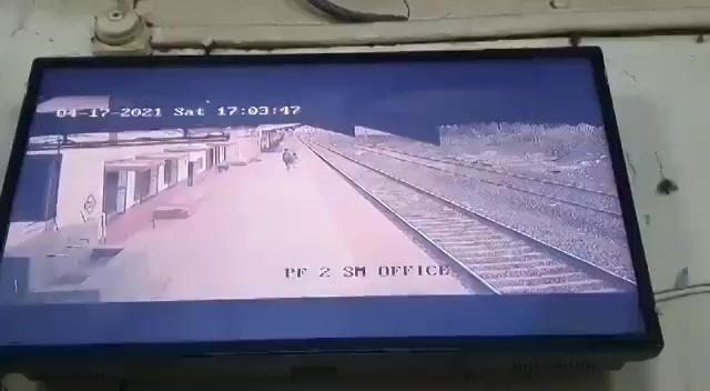Salute to the courage of pointsman in Mumbai Division Mayur Shelkhe who saved life of a child who lost his balance while walking at platform @CREDAINational @ASSOCHAM4India @SavvyAhmedabad https://t.co/UYfE8woKkP
